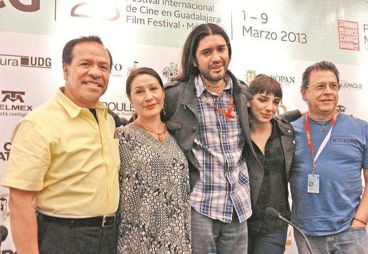 El realizador (centro) y su equipo durante la presentación para dar a conocer el filme. (Agencias)