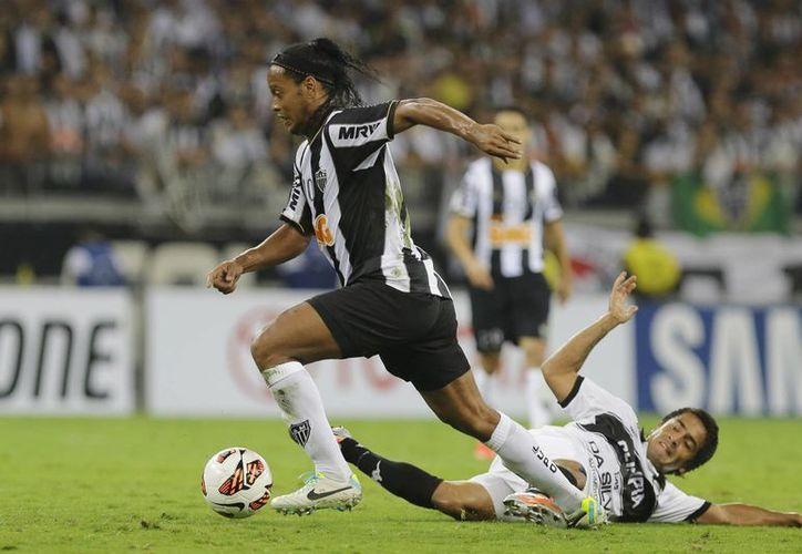 Ronaldinho no tuvo un partido muy afortunado, pero ganó la Copa Libertadores por vez primera. (Agencias)