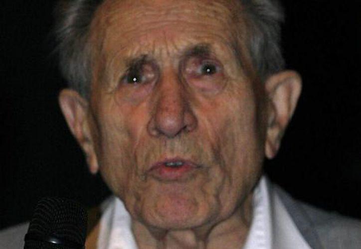 Foto del 9 de septiembre de 2007 de Adolf Burger, un tipógrafo judío que era obligado por los nazis a falsificar libras esterlinas durante la II Guerra Mundial. Burger falleció el 8 de diciembre de 2016, en Praga, República Checa, a los 99 años de edad. (Foto: Roman Vondrous/CTK vía AP)