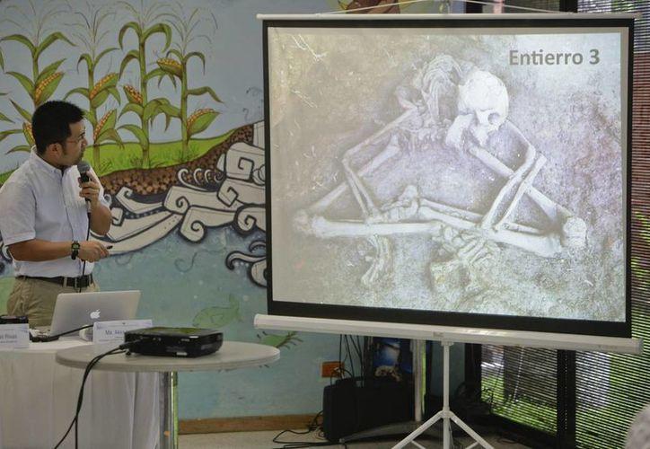 El arqueólogo japonés Akira Ichikawa muestra una de las osamentas que fueron descubiertas en abril pasado en el sitio arqueológico Nueva Esperanza, ubicado 70 kilómetros al sureste de San Salvador. (EFE)