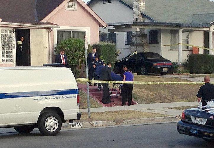 Policías de Los Angeles retiran el cadáver de quien fuera esposa de Michael Jace. (Foto: AP)
