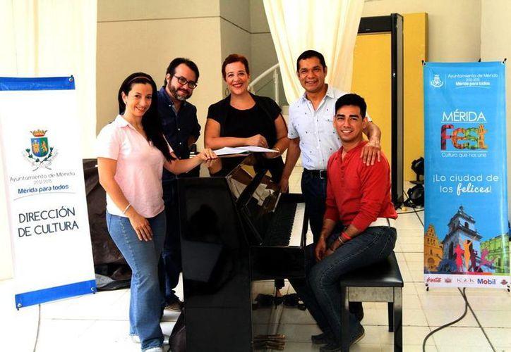 María Eugenia Guerrero (C) dirige la obra en la que participan actores y músicos locales y extranjeros. (Milenio Novedades)