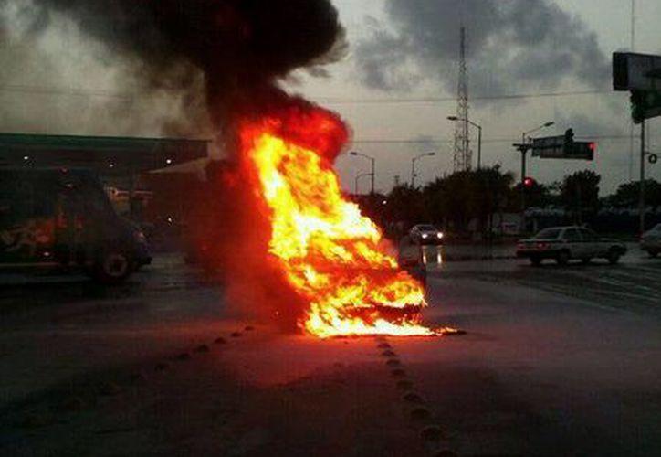El vehículo se incendio momentos después de que el conductor cargo gasolina. (Redacción/SIPSE)