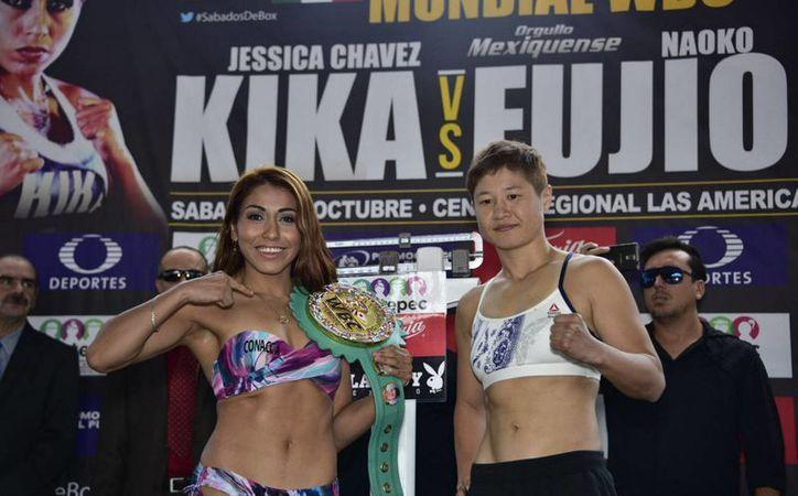 Las boxeadoras Yéssica Chávez y la japonesa Naoko Fujioka, en la ceremonia de pesaje previo a su pelea por el título mosca del Consejo Mundial de Boxeo, en la explanada del Palacio Municipal de Ecatepec. (Foto Notimex/Cor/Spo)