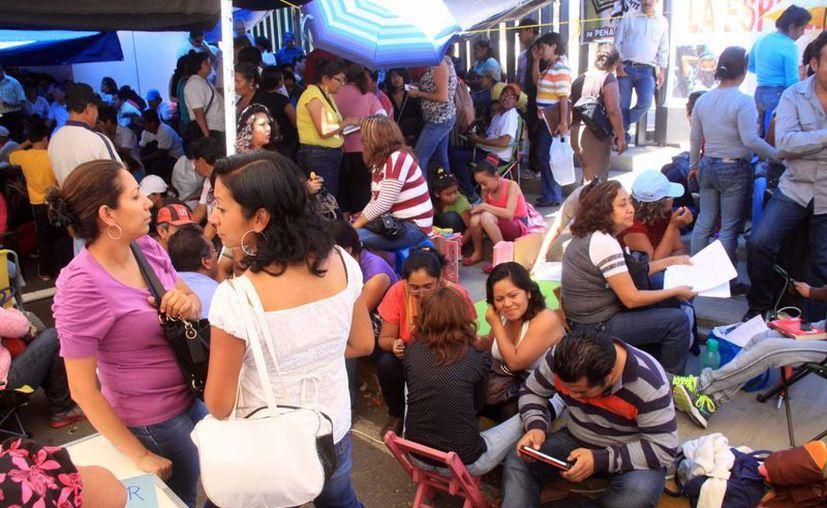Madres de familia de Oaxaca levantaron una denuncia contra la Sección 22 ante la CNDH, por no asistir 67 de los 200 días del ciclo escolar pasado. En la fotografía maestros de la Sección 22 en plantón realizado en marzo pasado. (Archivo Notimex)