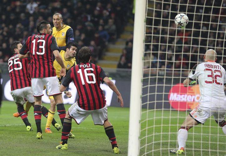 El delantero brasileño Diego Costa (semioculto) remató e hizo el gol al minuto 83 que dio el triunfo al Atlético. (Agencias)