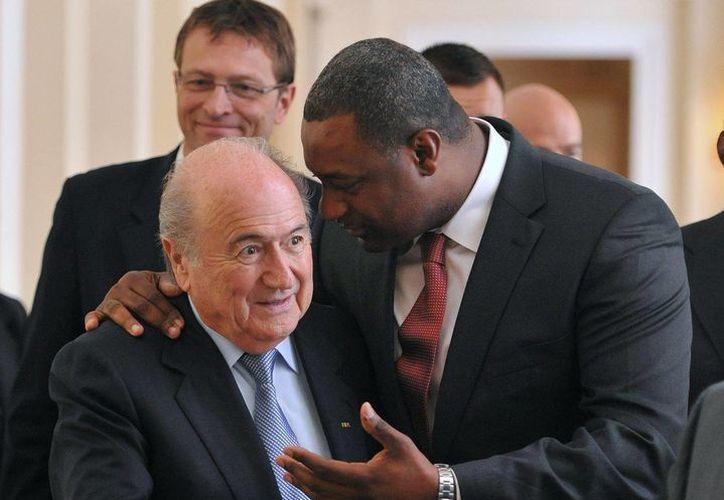 Webb (quien aparece abrazando a Joseph Blatter) tiene como objetivo que la Copa Mundial de 2026 sea en México o en EU. (Agencias)