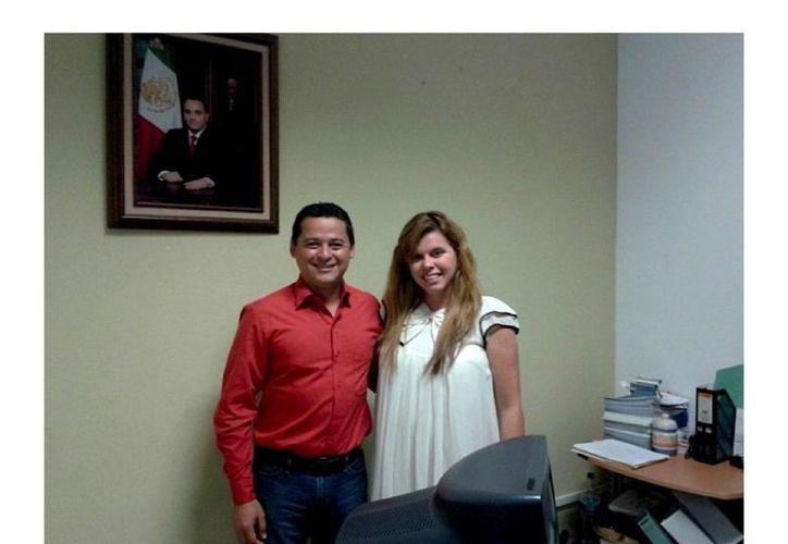 Pedro Hermosillo López y Melissa López Gómez tratan asuntos relacionados sobre la promoción de ambos destinos. (Cortesía/SIPSE)