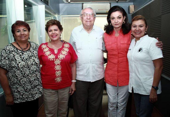Las conductoras Alis García y Marilis Escalante junto con los invitados a la emisión radial. (José Acosta/Milenio Novedades)