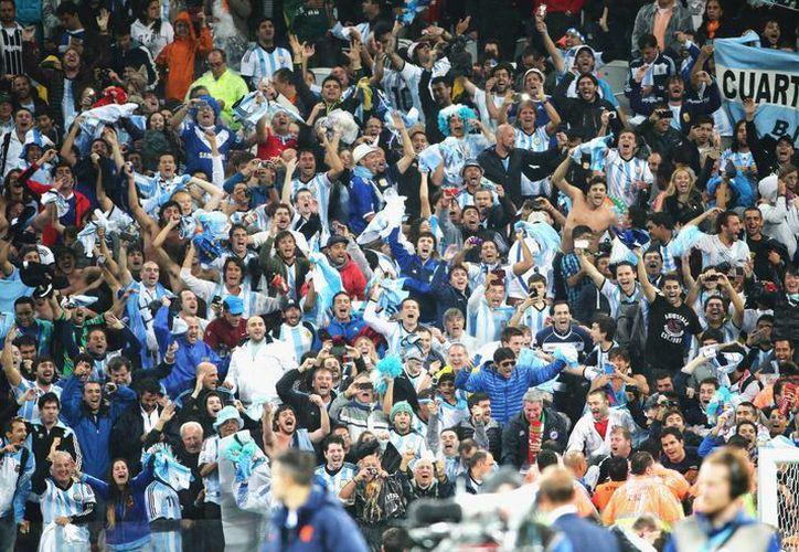 Festejos argentinos por el pase de su selección a la final del Mundial en Brasil. El domingo se enfrentará a Alemania. (EFE)