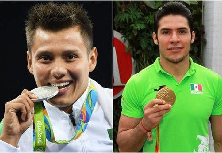 Germán Sánchez y Eduardo Ávila, medallistas olímpicos y paralímpicos, entre los que celebraron la obtención de estímulos económicos de Conade. (Milenio)