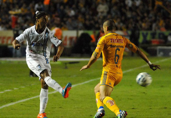 Ronaldinho (i) llegó como refuerzo de Gallos Blancos de Querétaro la temporada pasada, pero ahora no ha estado entrenando en la pretemporada. (Foto de archivo de Notimex)