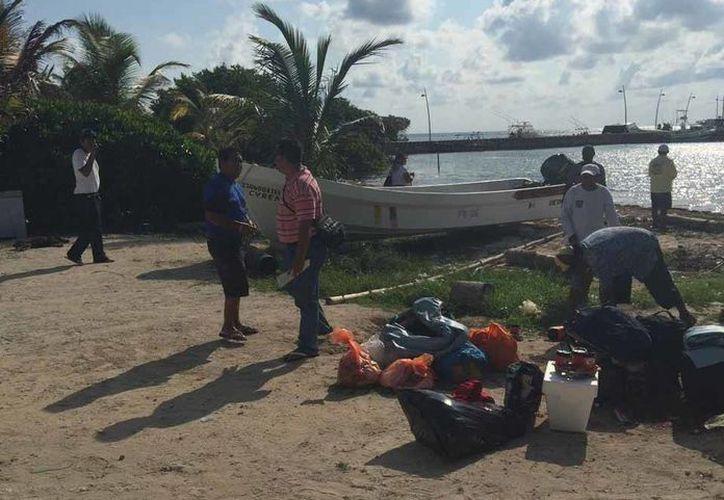 Con víveres y combustible, los pescadores de Mahahual salieron en busca de sus compañeros isleños. (Claudia Martín/SIPSE)