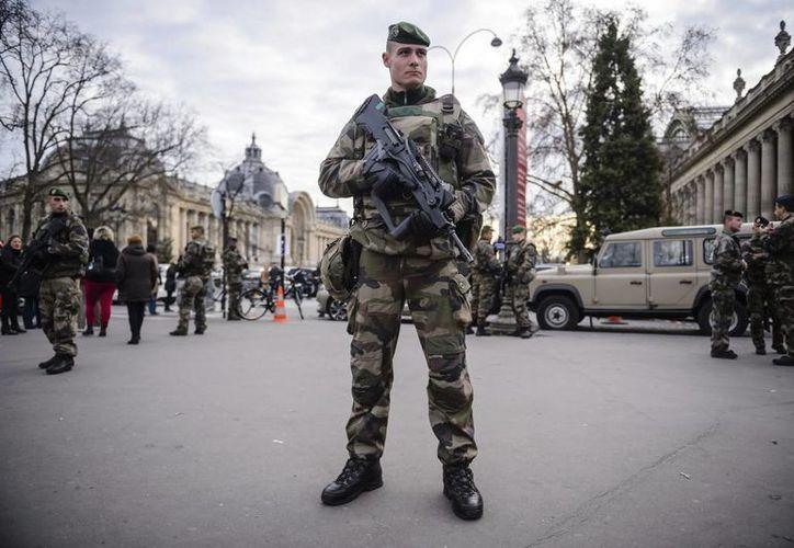 Soldados franceses que patrullan la Avenida de los Campos Elíseos en París, Francia. (EFE/Archivo)