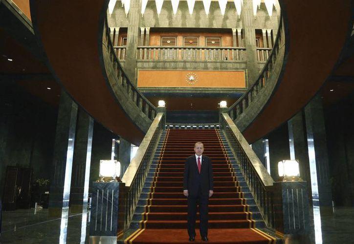 El presidente turco, Recep Tayyip Erdogan (c), en el nuevo palacio presidencial en Ankara, Turquía. (Archivo/EFE)