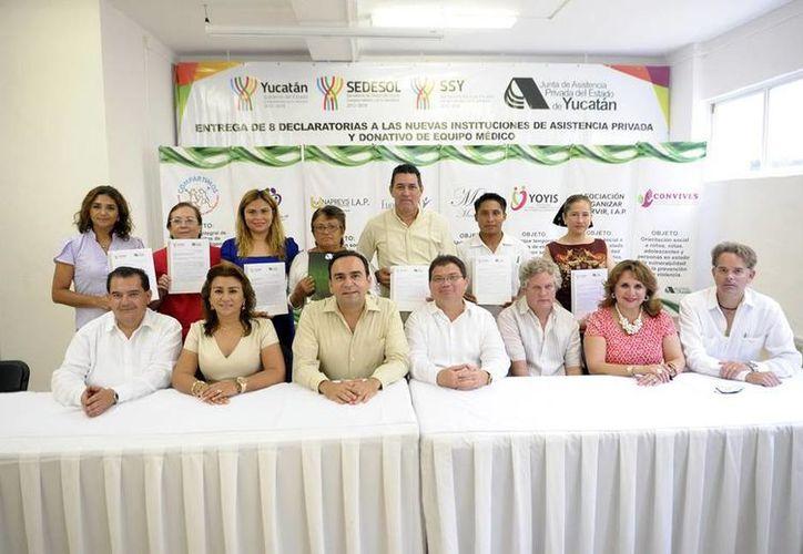 Representantes de las asociaciones civiles beneficiadas con las declaratorias de procedencia para constituirse como Instituciones de Asistencia Privada. (SIPSE)