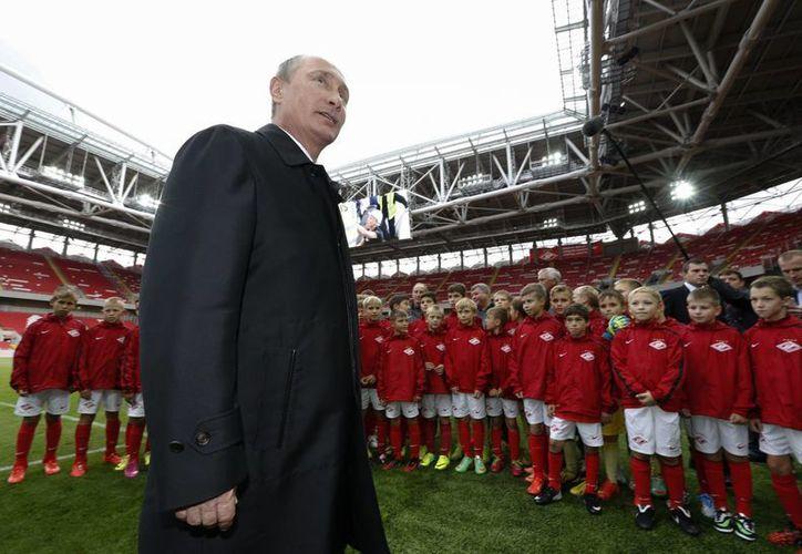 Vladimir Putin en la inauguración del nuevo Otkrytie Arena, nueva sede del Spartak de Moscú y del Mundial de 2018. (Foto: AP)