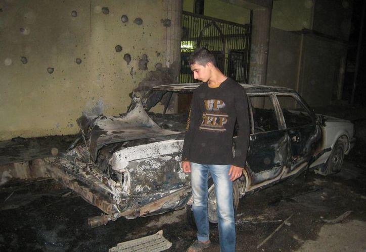 Una persona observa el lugar donde estalló un coche bomba afuera de una mezquita suní en Kirkuk. (Agencias)