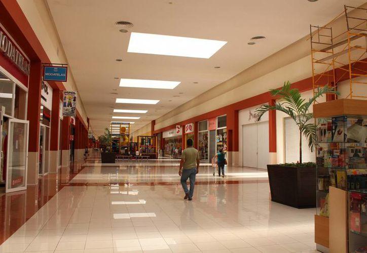 Los comerciantes del Centro Maya atribuyen sus bajas ventas a que hay poco transporte público que lleve a la plaza y a la falta de promoción del centro comercial.  (Yesenia Barradas/SIPSE)