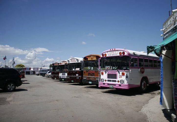 El convenio busca eliminar las limitaciones impuestas en materia de transporte terrestre de pasajeros entre ambas naciones, como ampliar el horario de estancia de los camiones que llegan de Belice. (Jorge Carrillo/SIPSE)