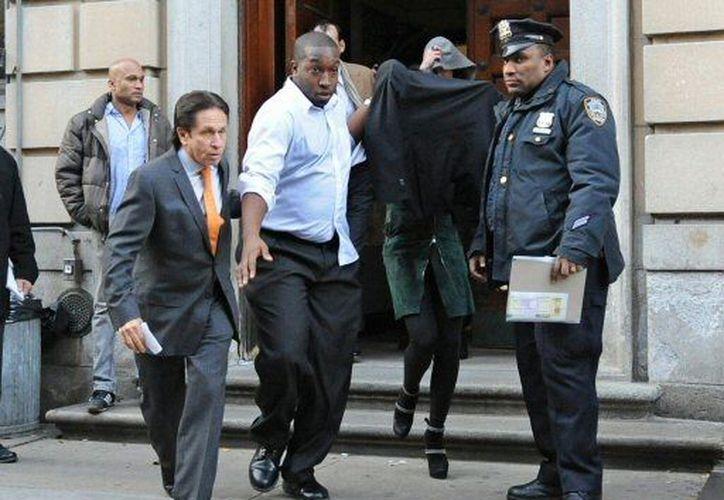 Loahan salió cubierta de la comisaría neoyorkina. (Agencias)
