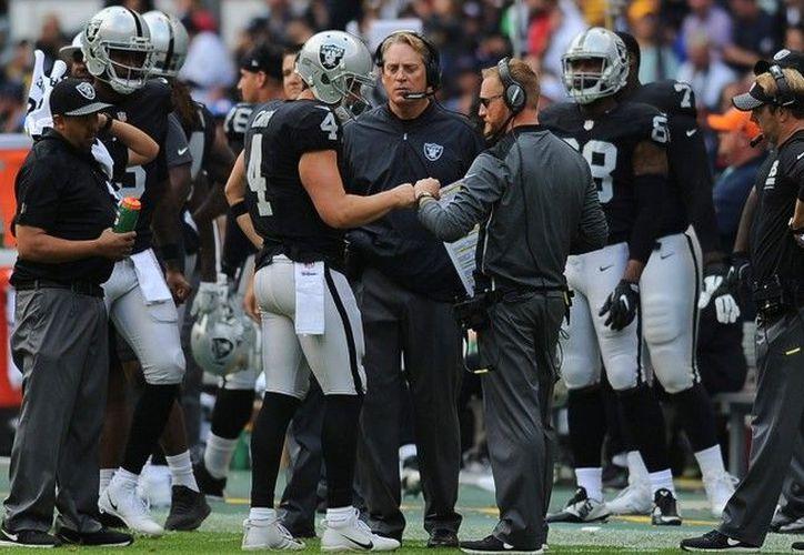 Los Raiders fueron vapuleados 33-8 por los campeones Pats en México.  (Foto: Mexsport)