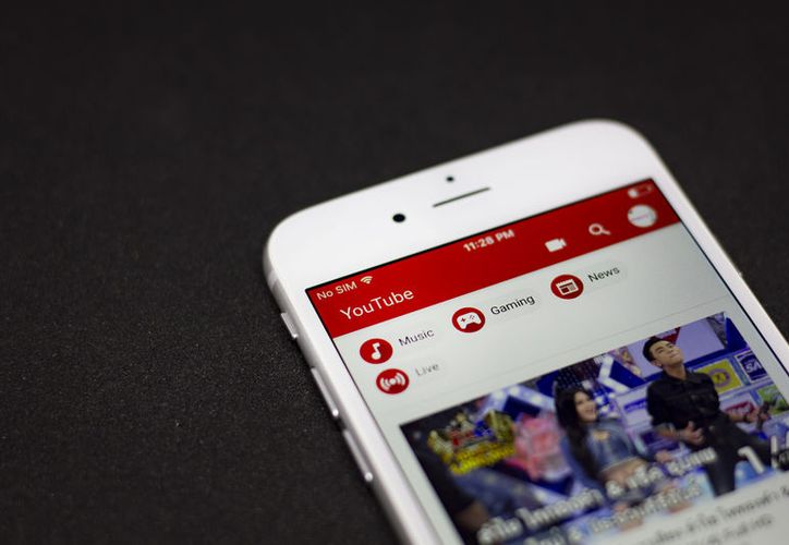 Algunos usuarios empezaron a recibir el tema oscuro de YouTube en la aplicación de iOS. (Shutterstock)