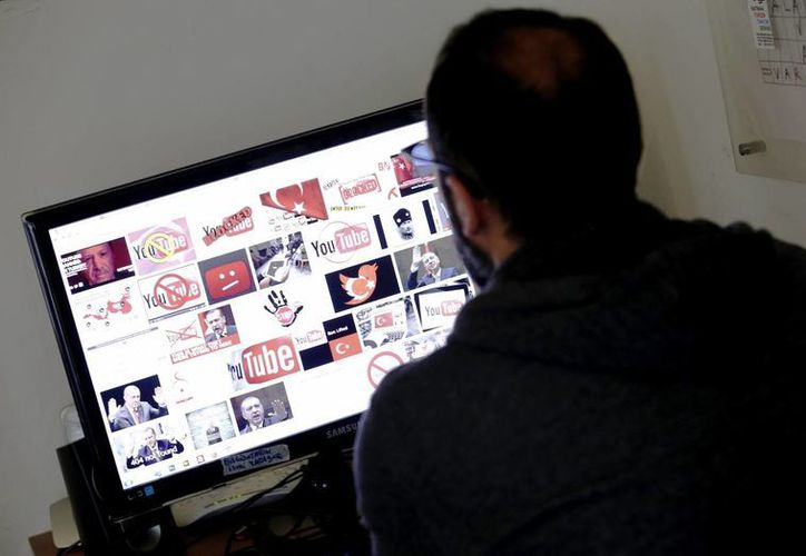 Un hombre intenta acceder a Youtube desde su computadora después de que las redes sociales en Turquía sufriesen un bloqueo parcial. (EFE)