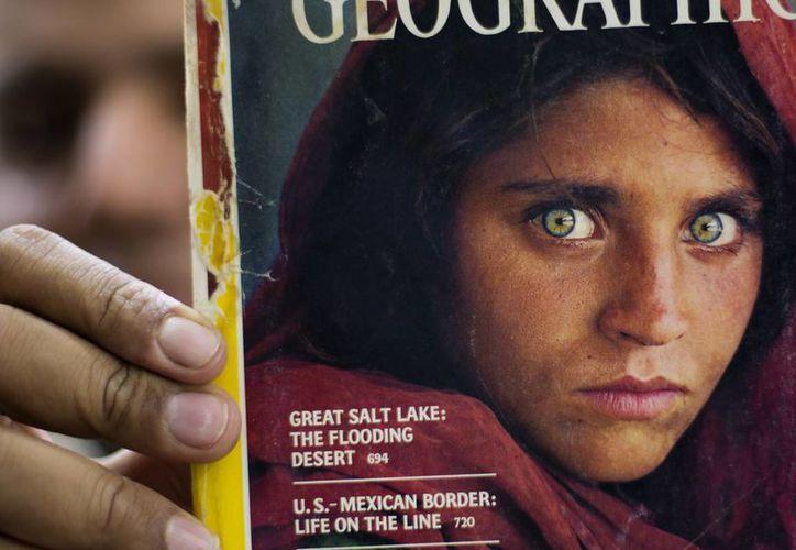 Portada de 1985 de la revista National Geographic, en la que fue inmortalizada Gula, entonces de 12 años. La foto fue tomada por el fotógrafo Steve McCurry en 1984. (Especial)