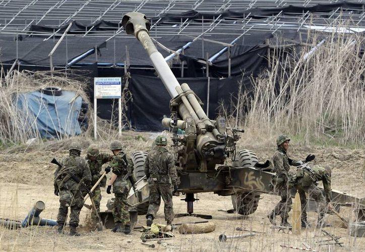 Soldados surcoreanos preparan un cañón de 155 mm durante ejercicios militares, en Paju, cerca de la frontera con Corea del Norte, este jueves. (Agencias)
