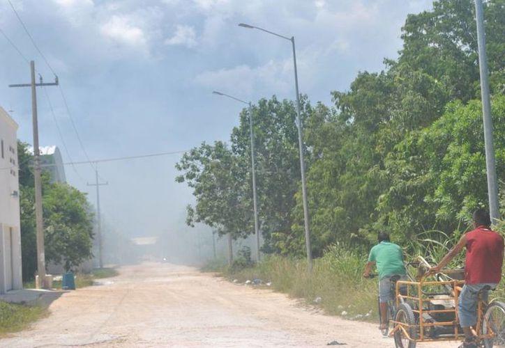 Una gran columna de  humo generó molestias y alerta en los vecinos de la colonia Ejido ayer. (Redacción/SIPSE)