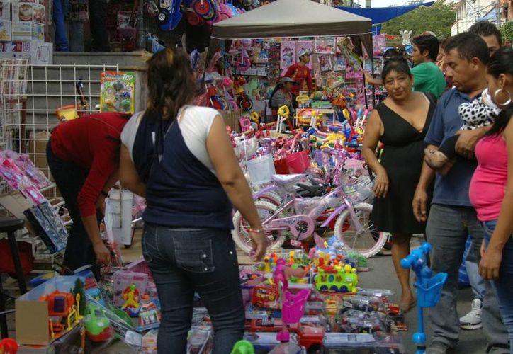 Expertos sugieren no adquirir productos <i>pirata</i> en los mercados informales. (Notimex)