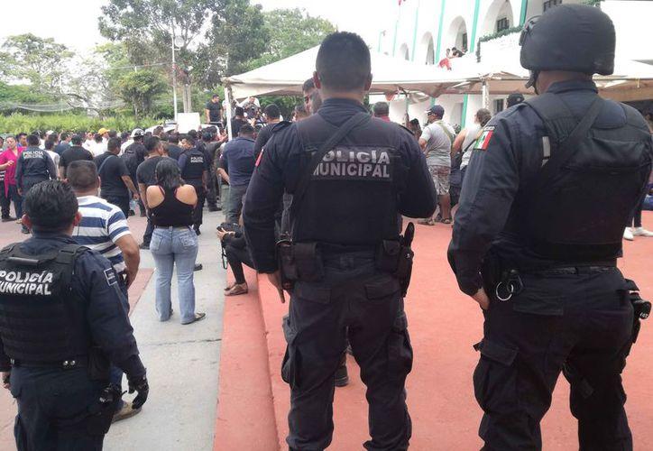 La manifestación de los policías llegó frente al Palacio Municipal. (Pedro Olive/SIPSE)