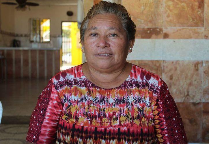 La comisaria de Chicxulub puerto, María Elena Figueroa León, ha promovido entre la comunidad canadiense asentada temporalmente en el puerto la construcción de la estatua de un tiranosaurio. (SIPSE)