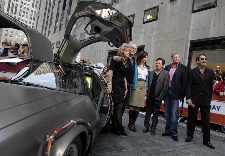 Protagonistas de la saga 'Volver al Futuro' en el aniversario 25 de la cinta, en 2010: Lea Thompson, Christopher Lloyd, Mary Steenburgen, Michael J. Fox, el director Robert Zemeckis, y Huey Lewis.(Foto: AP)