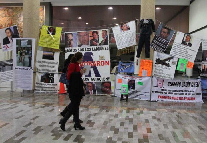 Imagen del aeropuerto de la capital mexicana donde exempleados de la aerolínea mantienen su protesta en contra de Mexicana de Aviación. Un juez autorizó dejar los bienes a la vista de los acreedores reconocidos y del interventor designado. (Archivo/Notimex)
