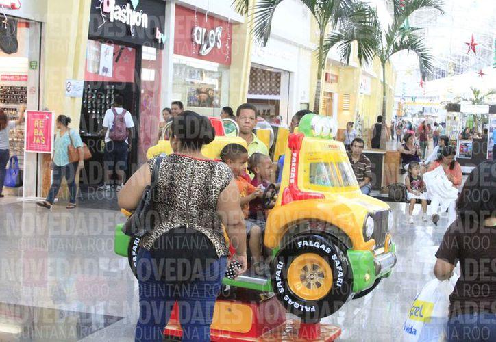 Los visitantes beliceños dejan una millonaria derrama al sector comercial. (Enrique Mena/SIPSE)