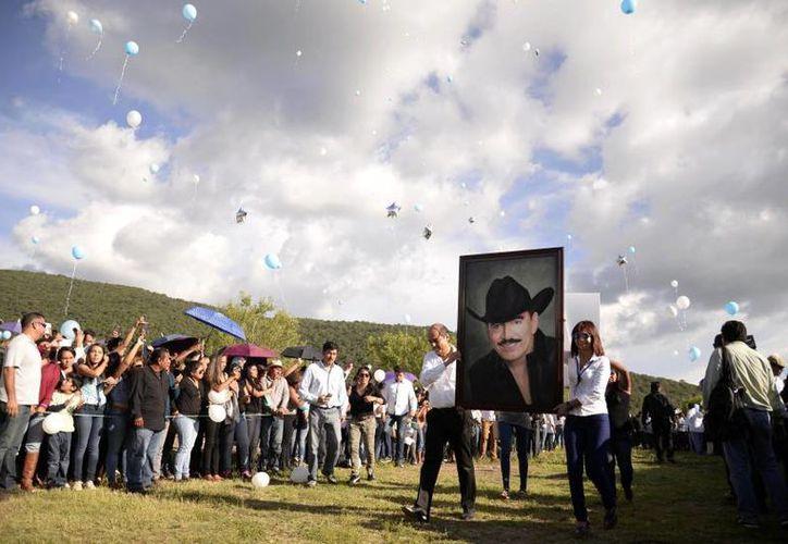 El 13 de julio falleció el cantautor Joan Sebastian, víctima de un cáncer con el que batalló durante años. El originario de Juliantla, Guerrero, fue despedido  cerca de una semana en diferentes partes del país con homenajes. (Archivo AP)