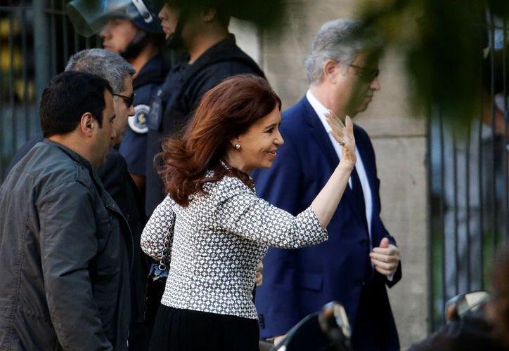 Cientos de seguidores de Cristina Fernández se presentaron en los alrededores del juzgado para expresar su apoyo a la expresidenta. (AP/Victor R. Caivano)