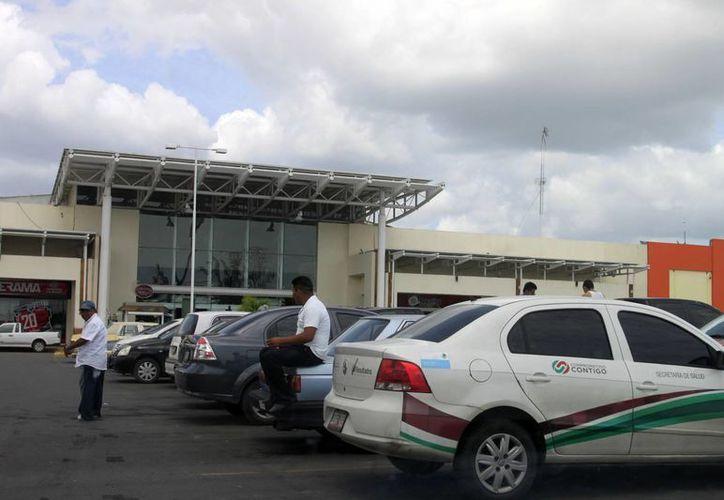 Vehículos de dependencias estatales son captados afuera de tiendas de autoservicio. (Harold Alcocer/SIPSE)