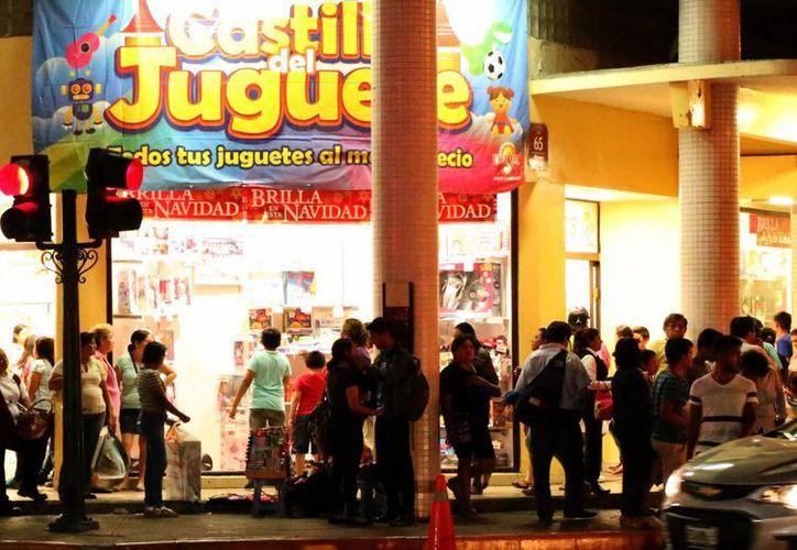 Las tiendas que venden juguetes esperan un repunte en el cierre de temporada navideña. Imagen de contexto de la entrada de un conocido comercio en el centro de Mérida. (Milenio Novedades)
