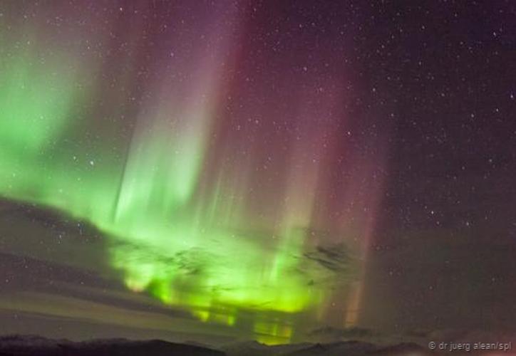 Una columna de luz violácea sorprendió al surcar el cielo de Canadá. (Dr Juerg).