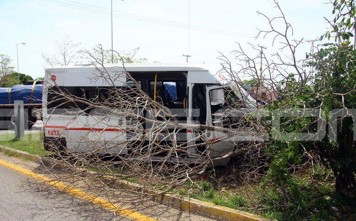 Milagrosamente los pasajeros de un colectivo salieron ilesos de un fuerte accidente en este viernes. (Jorge Pallota/SIPSE)
