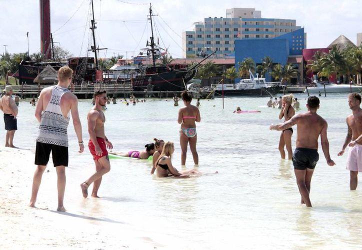 Incrementa la presencia de estudiantes norteamericanos en las playas. (Tomás Álvarez/SIPSE)