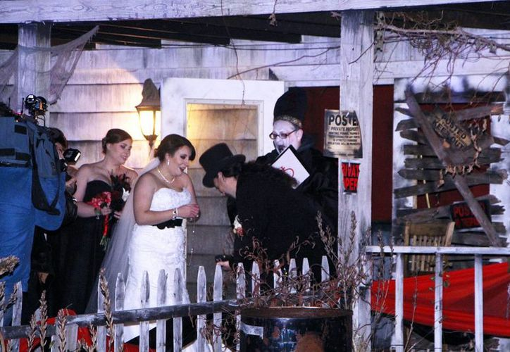 Melissa Cote y Tom Cowern decidieron casarse frente a una casa embrujada, justo días antes del Halloween. (AP)