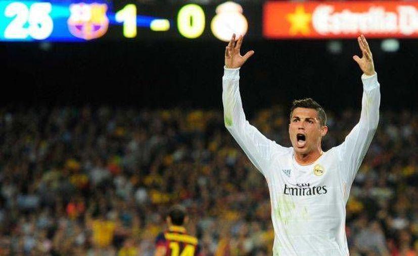 Cristiano Ronaldo se queja contra el árbitro en partido que disputó el Real Madrid contra el Barcelona, que finalmente ganó 2-1, el domingo 26 de octubre. (Agencias)