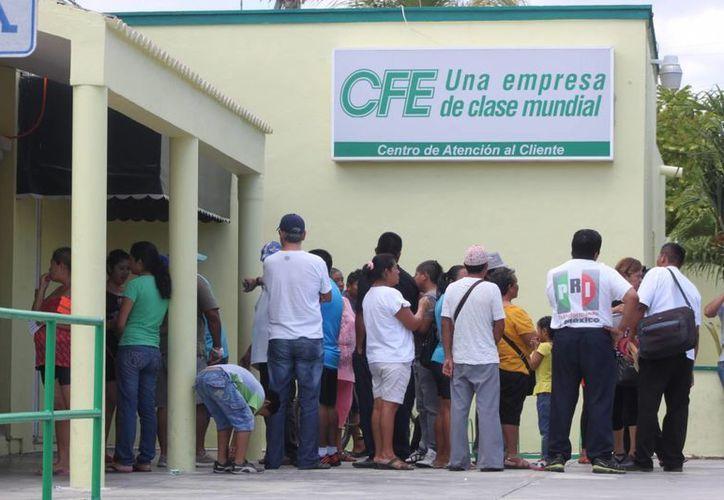 Mezo de la Cruz se presentó con cerca de 15 personas  a la CFE para hacer reclamos. (Adrián Barreto/SIPSE)