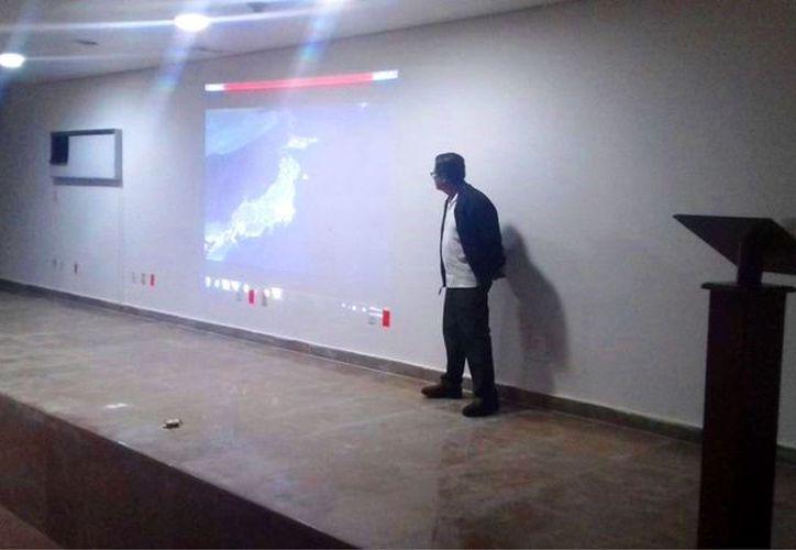 El meteorólogo de Protección Civil impartió las pláticas a empleados del IMSS en Playa del Carmen. (Foto: Cortesía)