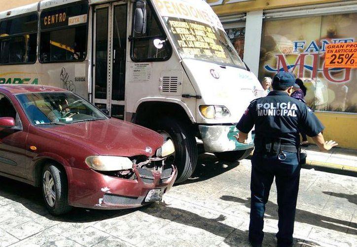 Imagen del choque entre un automóvil particular y un camión de transporte público en el centro de Mérida. (Marco Moreno/SIPSE)