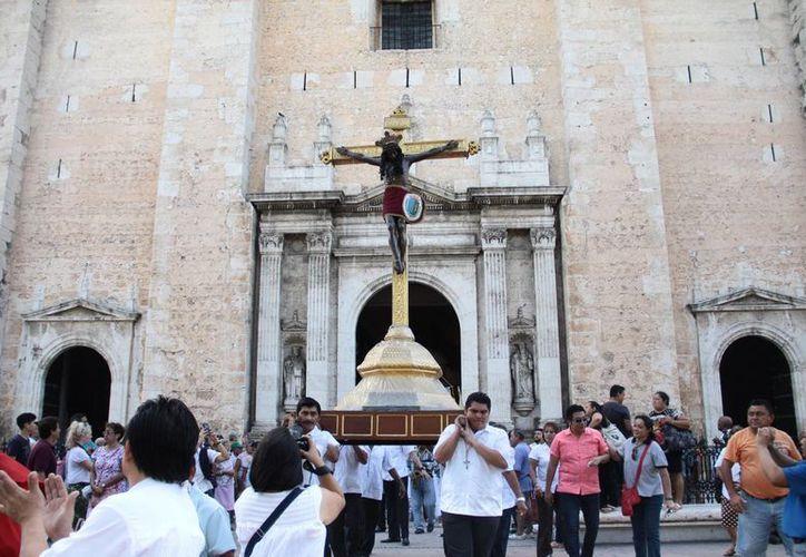 En el marco de la bajada y procesión del Cristo de las Ampollas, realizada por gremios, estos han reducido la cantidad de pirotecnia en sus procesiones. (Jorge Acosta/SIPSE)